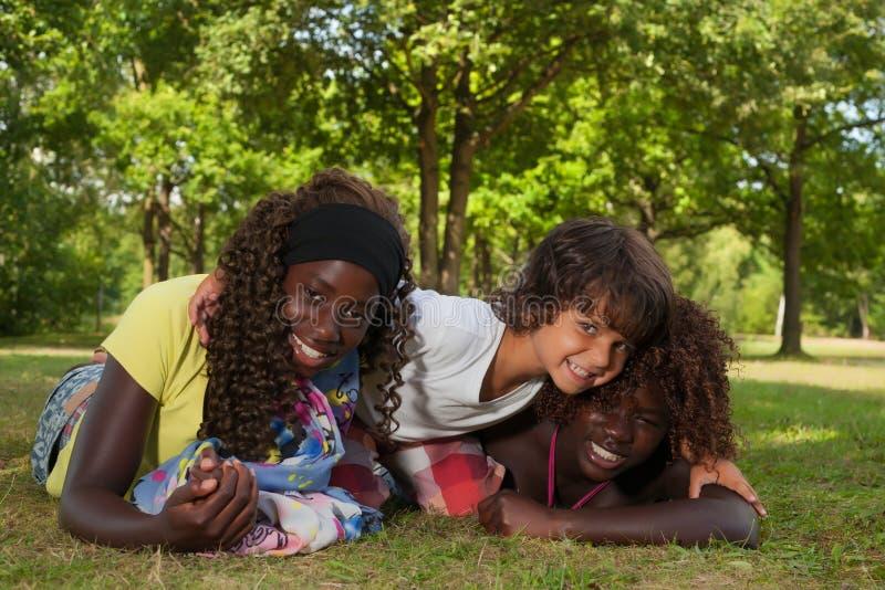 Kleiner Junge und seine Annahmeschwestern lizenzfreies stockfoto