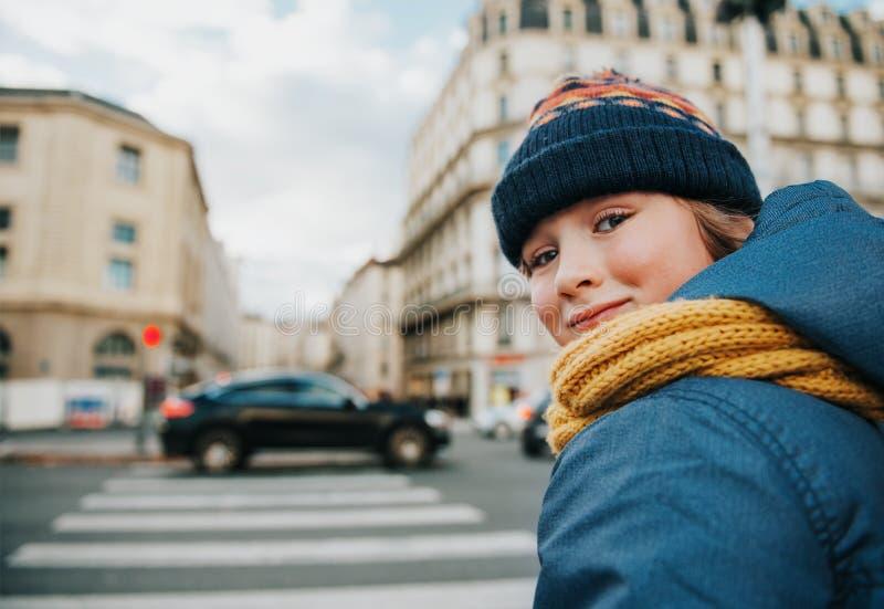 Kleiner Junge wird Straße kreuzen lizenzfreies stockfoto