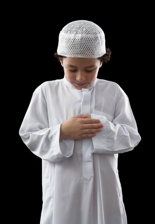 Kleiner junger moslemischer Junge während des Gebets stockfoto