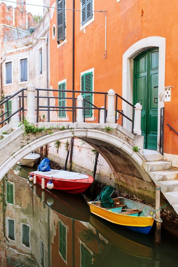 Kleiner Kanal in Venedig Italien stockbild