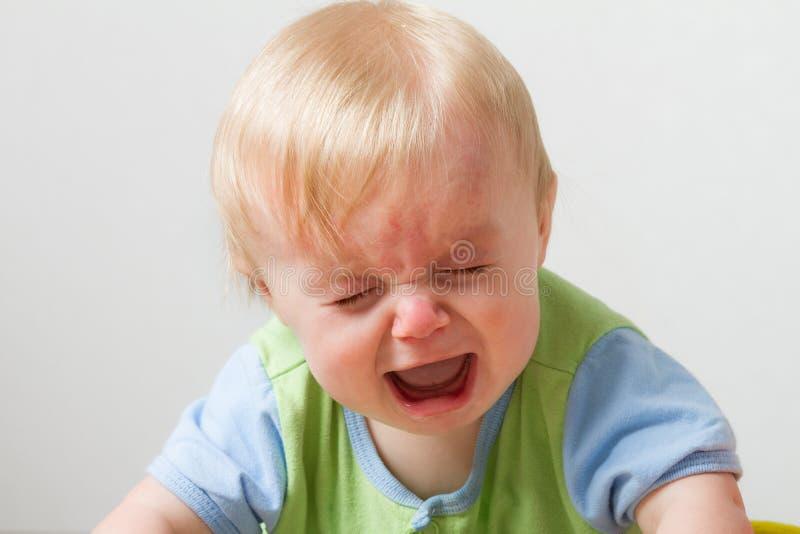 Kleiner Kerl mit einigen Umkippengefühlen stockfotos
