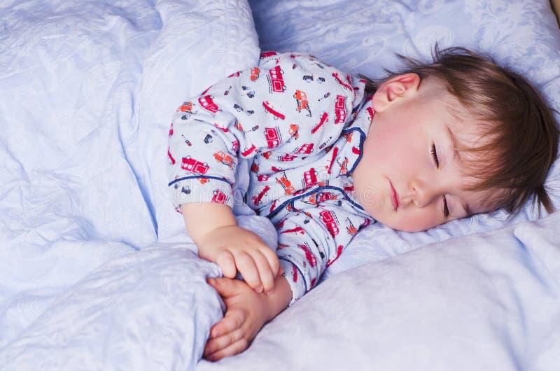 Kleiner Kinderschlaf lizenzfreie stockfotos