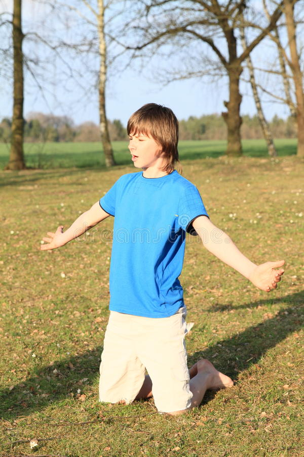 Kleiner kneeing Junge stockfoto