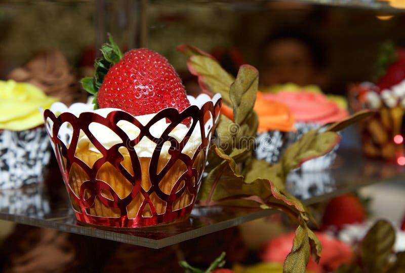 Kleiner Kuchen auf Anzeige stockbilder