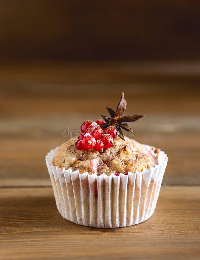 Kleiner Kuchen mit Beeren auf oberster hölzerner Hintergrund-selbst gemachtem kleinem Kuchen mit Berry Apple und Gewürzen stockfotografie