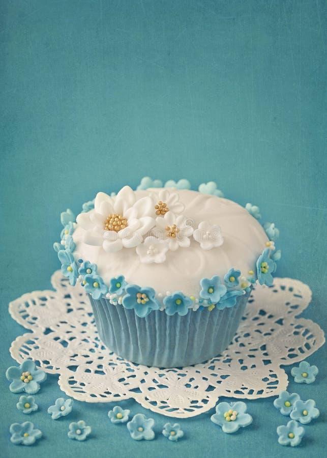 Kleiner Kuchen mit den weißen und blauen Blumen stockfoto