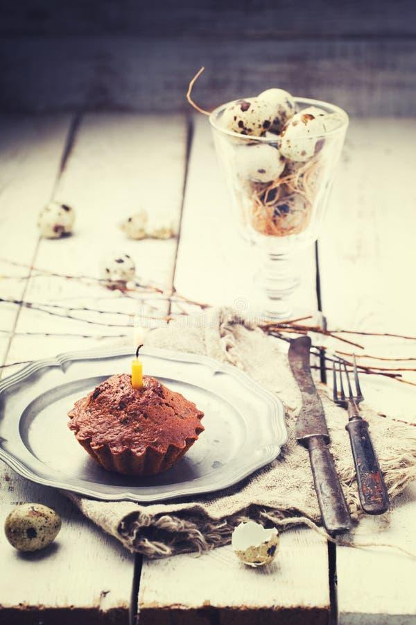 Kleiner Kuchen mit einer Kerze stockfotografie