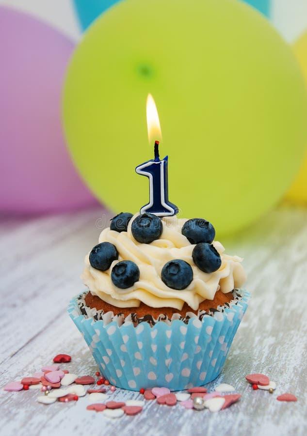 Kleiner Kuchen mit einer Zahl Kerze lizenzfreies stockfoto