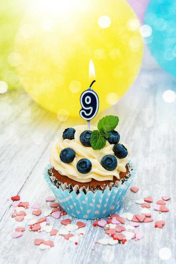 Kleiner Kuchen mit einer Zahlneun Kerze stockfotos