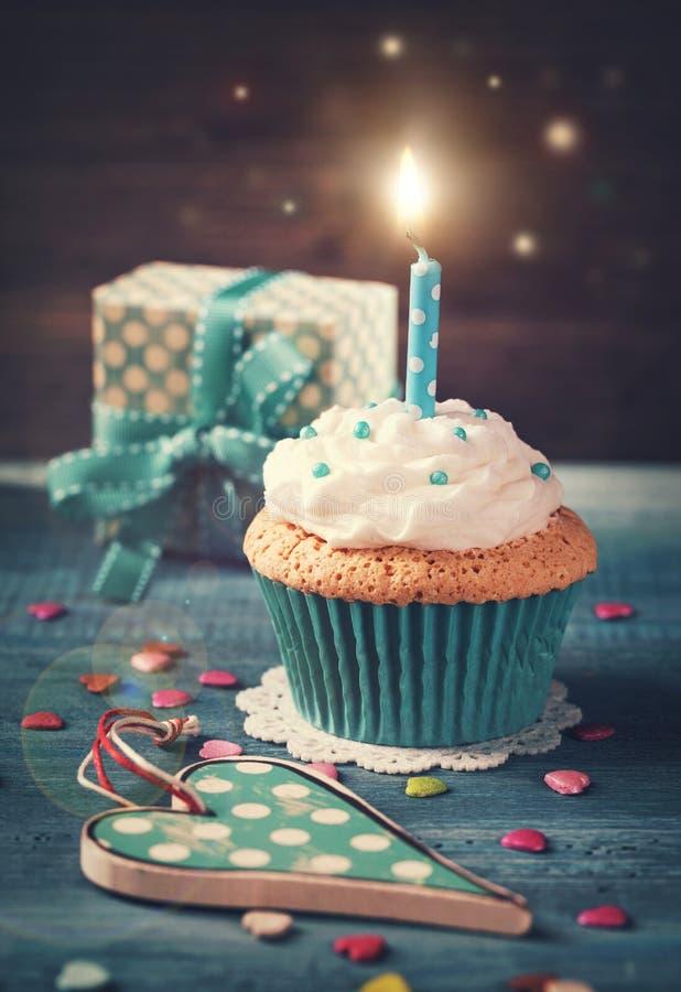 Kleiner Kuchen mit Geburtstagskerze lizenzfreies stockfoto
