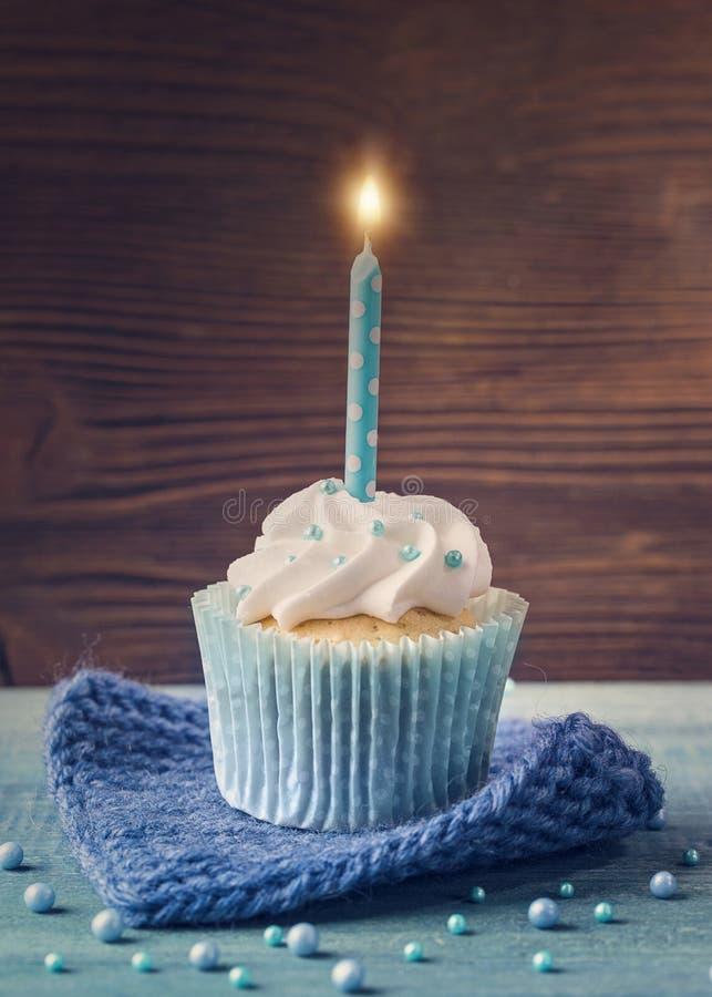 Kleiner Kuchen mit Kerze stockfoto