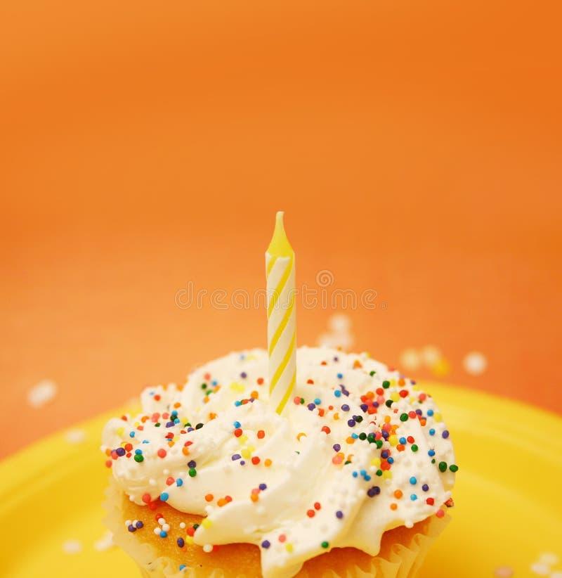 Kleiner Kuchen mit Kerze stockbild