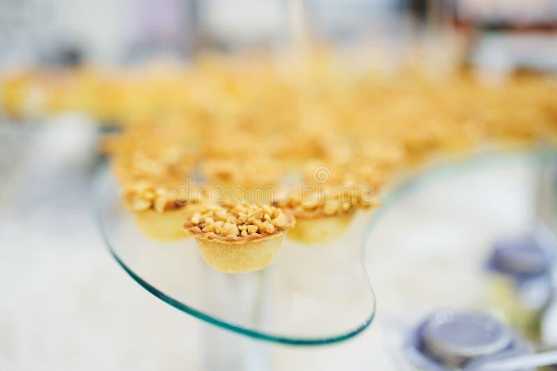 Kleiner Kuchen mit Nüssen stockbild