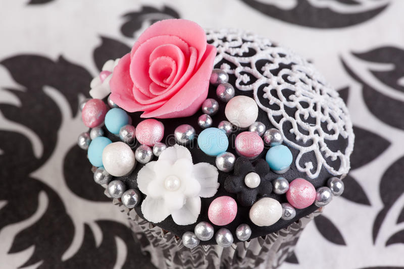 Kleiner Kuchen mit stieg lizenzfreie stockfotografie