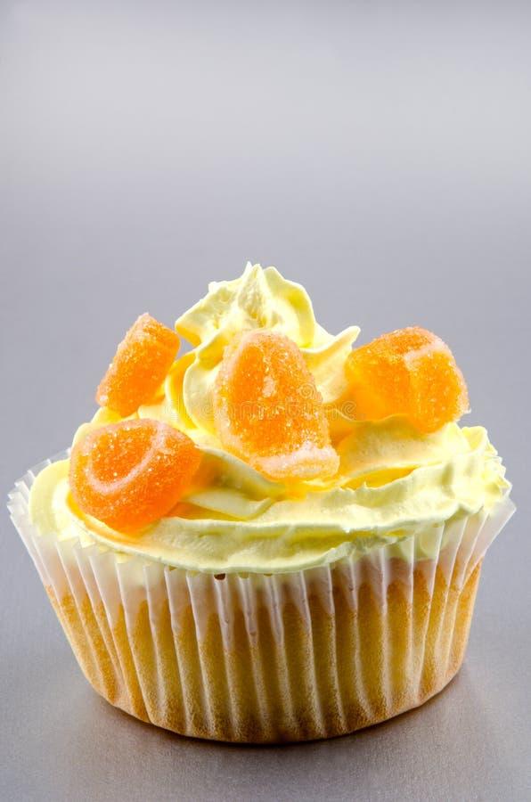 Kleiner Kuchen mit Zitrone buttercream lizenzfreie stockbilder