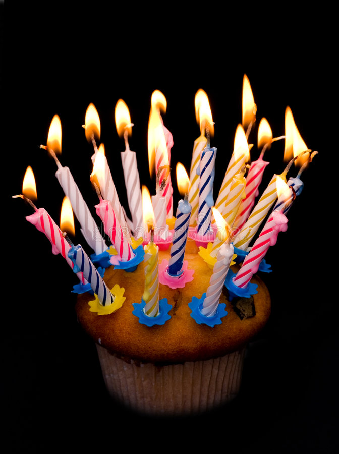 Kleiner Kuchen und Kerzen lizenzfreie stockbilder