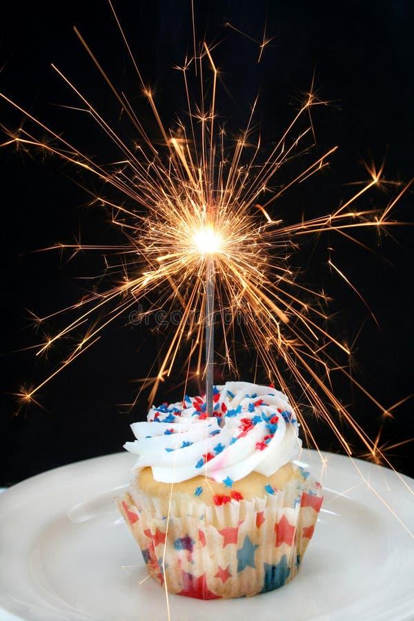 Kleiner Kuchen und Sparkler stockfotos