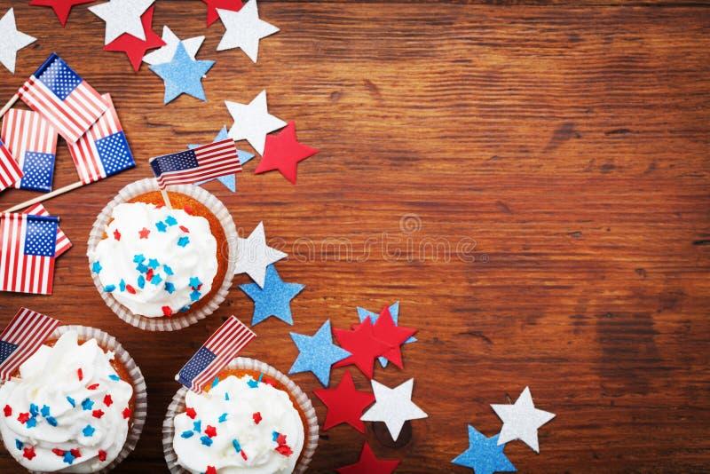Kleiner Kuchen verziert mit amerikanischer Flagge für glücklichen Hintergrund des Unabhängigkeitstags am 4. Juli Feiertagstischpl lizenzfreies stockbild