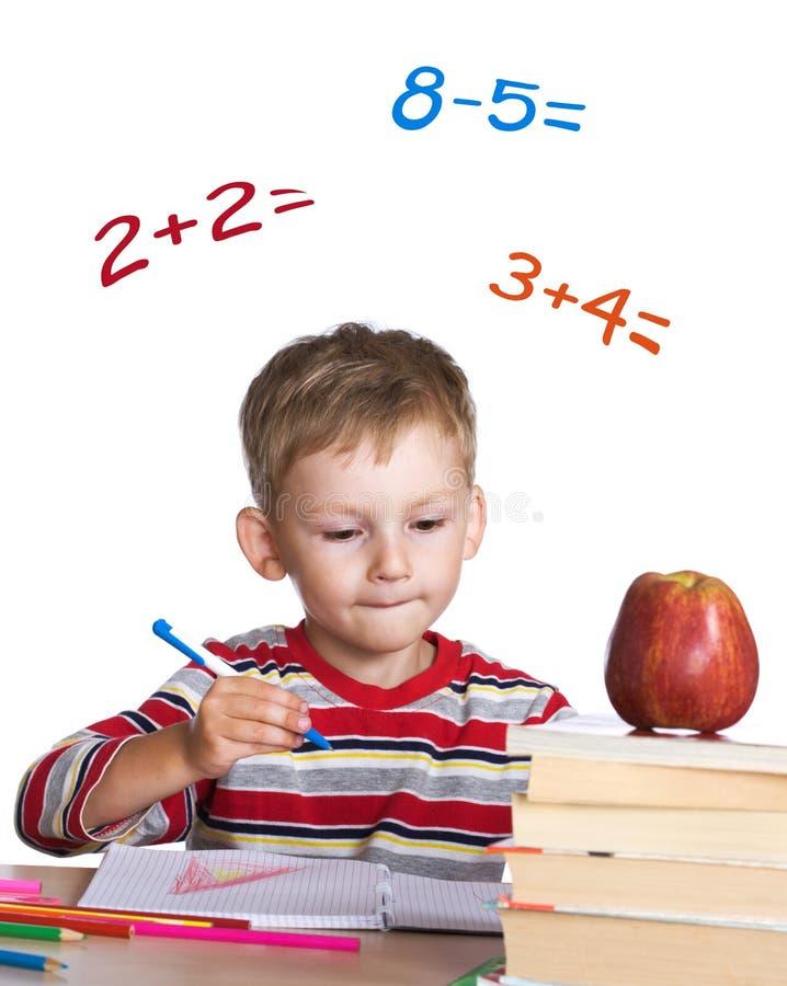Kleiner Kursteilnehmer, der Mathe erlernt lizenzfreies stockfoto