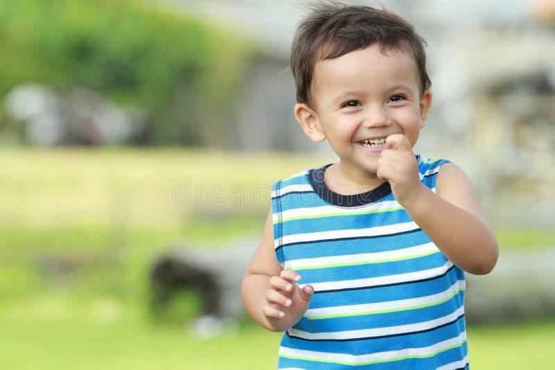 Kleiner lächelnder Junge beim Laufen stockfotos