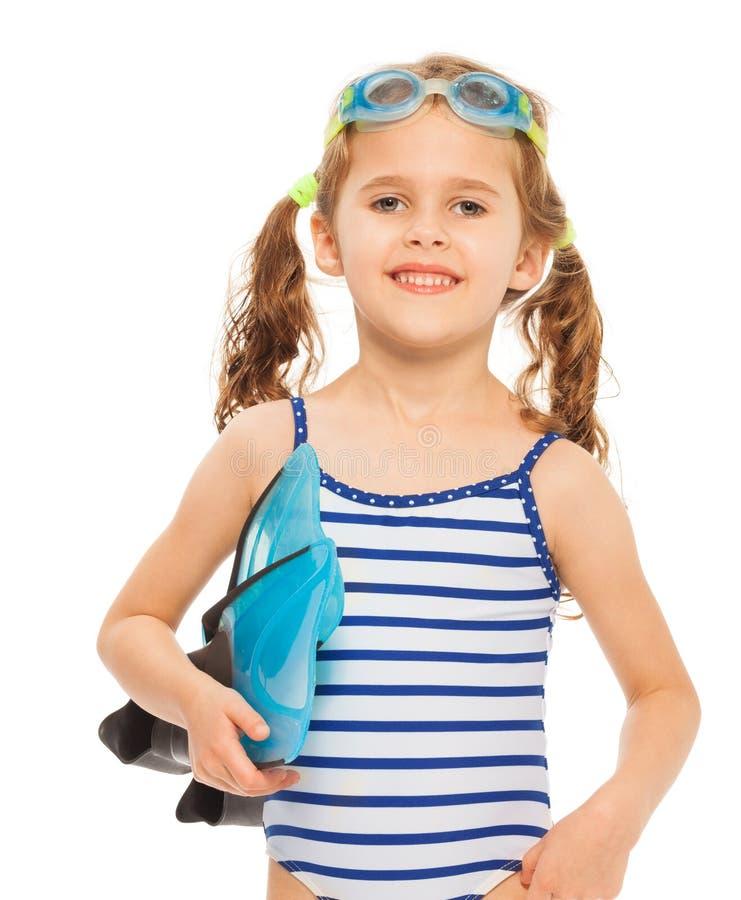 Kleiner lächelnder Schwimmer mit Flippern und Schutzbrillen lizenzfreie stockfotografie