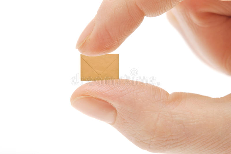 Kleiner leerer Umschlag auf Finger der Frau stockfotografie