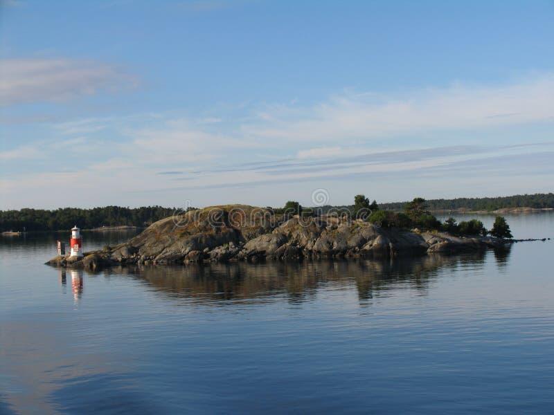 Kleiner Leuchtturm auf kleiner Insel lizenzfreie stockbilder