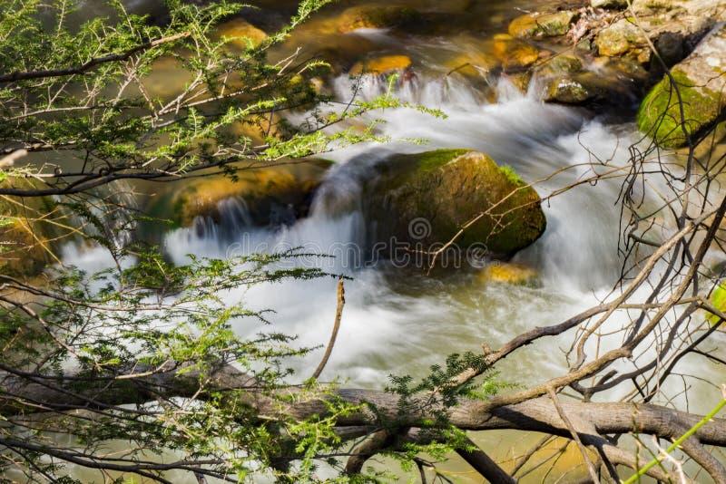 Kleiner lokalisierter Wasserfall auf einem Gebirgsstrom -2 lizenzfreie stockfotografie