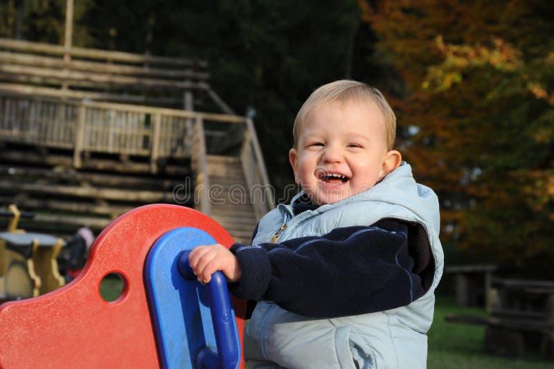 Kleiner lustiger lachender Junge stockfoto