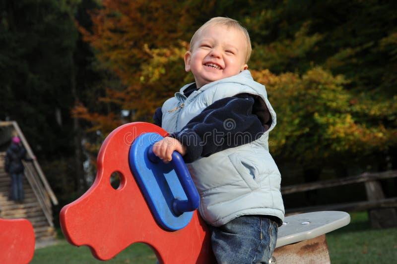 Kleiner lustiger lachender Junge stockbilder