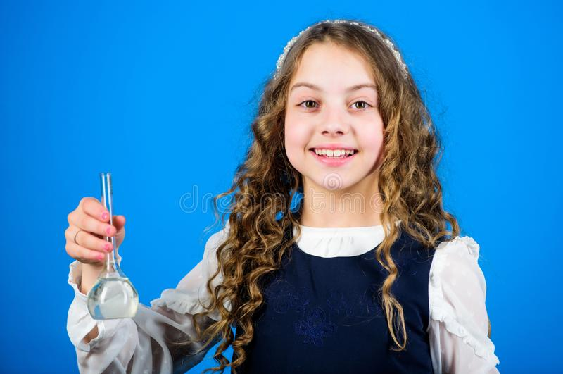 Kleiner M?dchenwissenschaftler mit Pr?fungsflasche Kinderstudie bilogy Lektion Wissenschaftsforschung im Labor Kleines Schulm?dch stockfoto