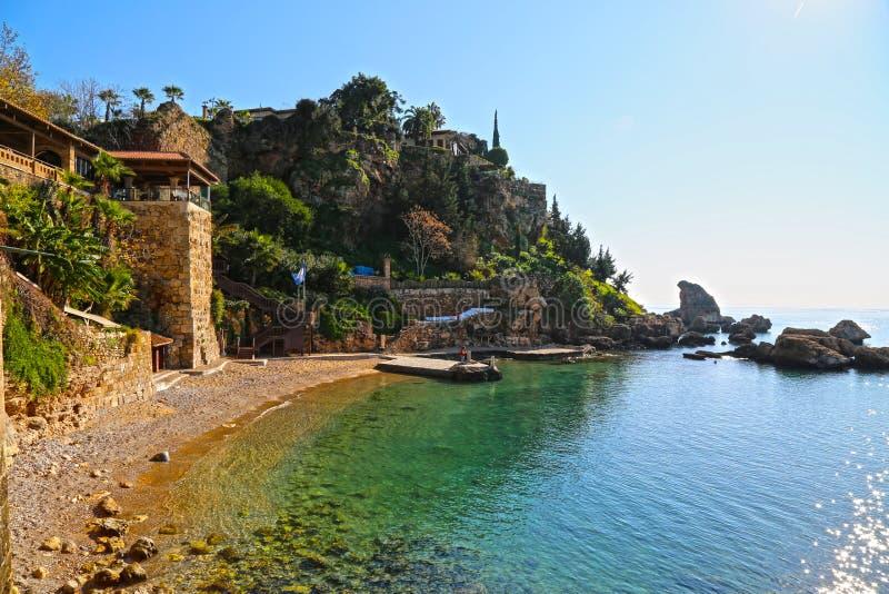 Kleiner Mittelmeerstrand mit haarscharfem Wasser in der Sommerzeit stockfotografie
