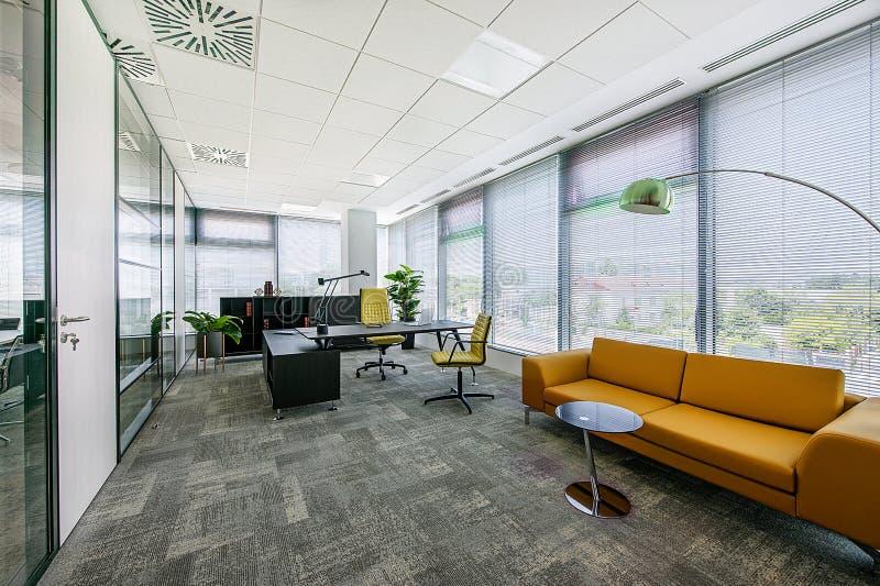 Kleiner moderner Bürositzungssaal- und Konferenzzimmerinnenraum mit Schreibtischen, Stühlen und Stadtbildansicht lizenzfreie stockfotos