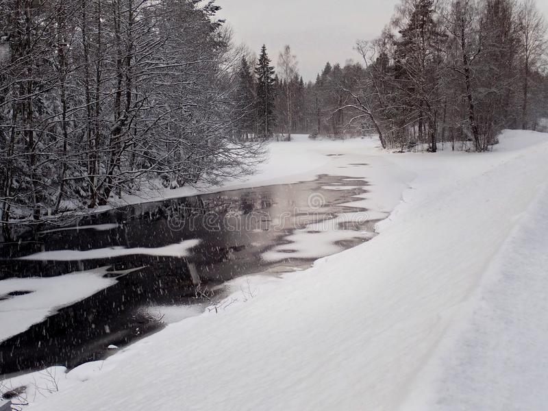 Kleiner Nebenfluss in Iggesund - Hudiksvall lizenzfreies stockfoto