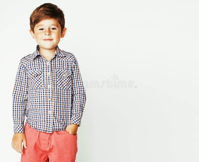 Kleiner netter entzückender Junge, der zurück das Gestikulieren nett auf Weiß aufwirft lizenzfreie stockfotos