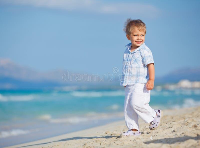 Kleiner netter Junge auf dem Strand lizenzfreie stockfotografie