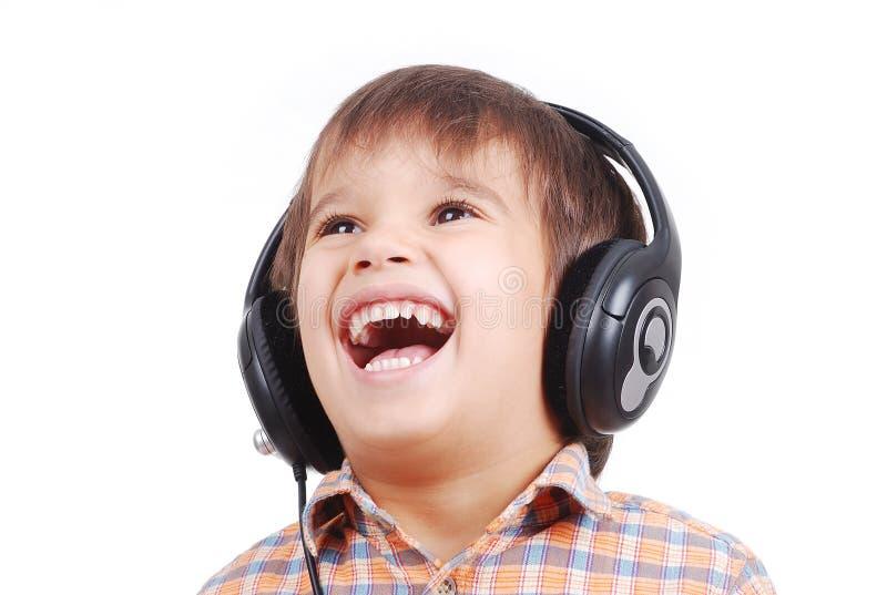 Kleiner netter Junge, der Musik hört lizenzfreies stockfoto