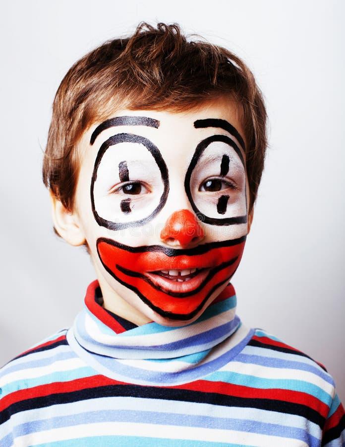 Kleiner netter Junge mit facepaint mögen Clown, pantomimic Ausdruck lizenzfreie stockfotografie