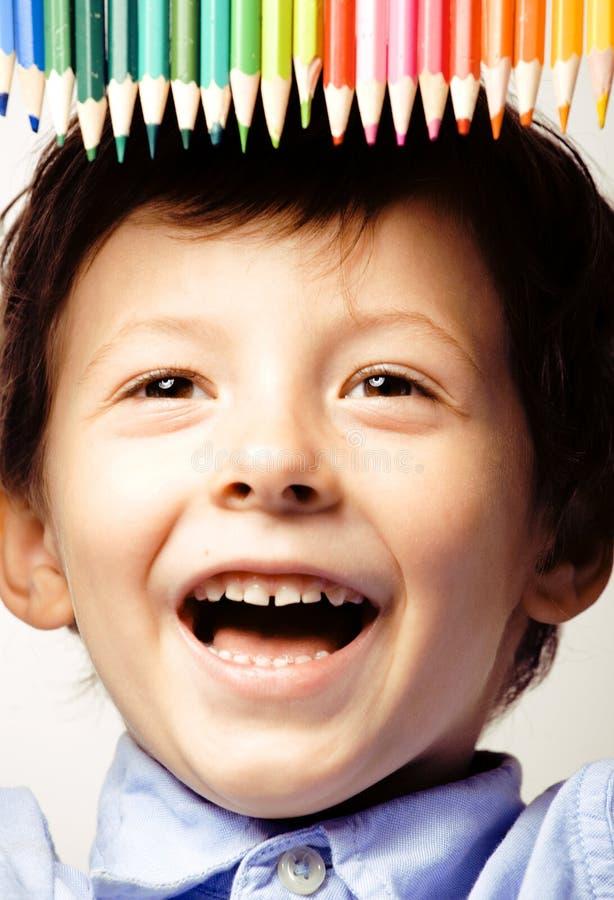 Kleiner netter Junge mit Farbbleistiften schließen herauf das Lächeln lizenzfreies stockbild