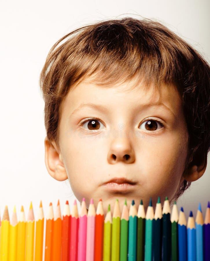 Kleiner netter Junge mit Farbbleistiften schließen herauf das Lächeln lizenzfreie stockbilder