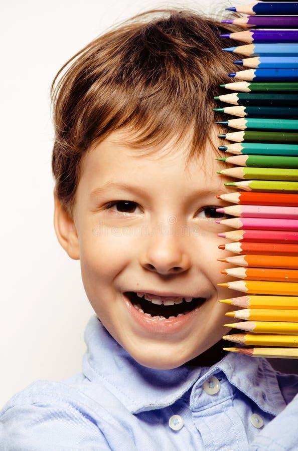Kleiner netter Junge mit Farbbleistiften schließen herauf das Lächeln stockbild