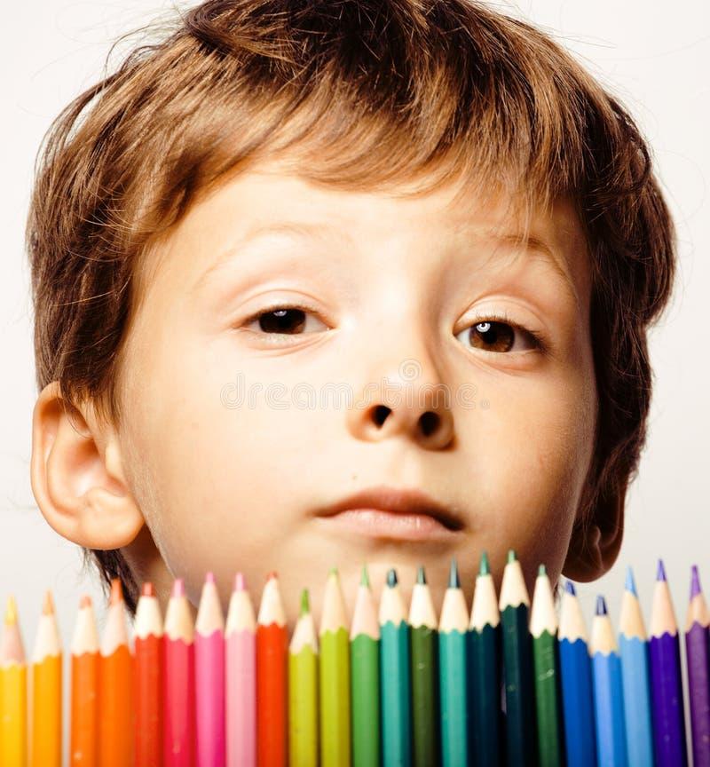 Kleiner netter Junge mit Farbbleistiften schließen herauf das Lächeln stockfotos