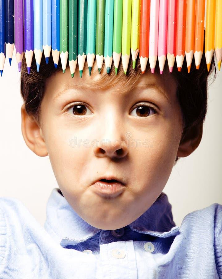 Kleiner netter Junge mit Farbbleistiften schließen herauf das Lächeln lizenzfreie stockfotografie