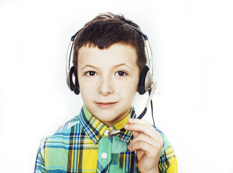Kleiner netter kaukasischer Junge in den Kopfhörern, die das glückliche Lächeln lokalisiert auf weißem Hintergrund, Lebensstilleu stockbild