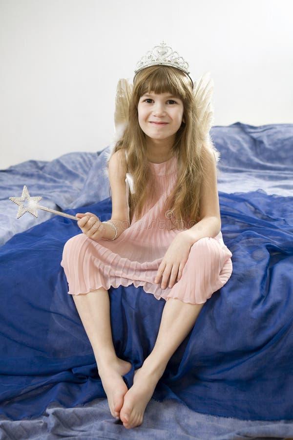 Kleiner netter lächelnder Mädchen tragender Diadem stockfotografie