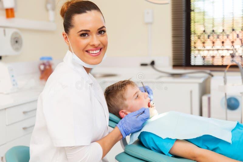 Kleiner Patient des jungen Zahnarztes stockbilder