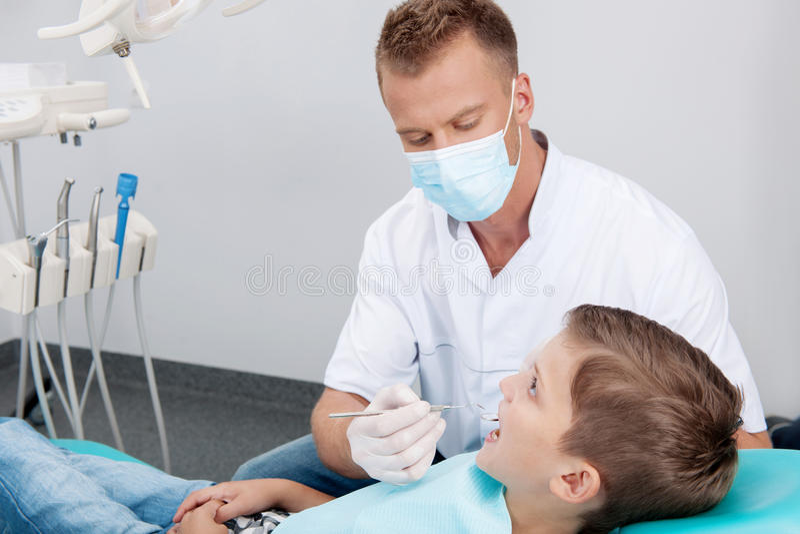 Kleiner Patient im Zahnarztbüro. lizenzfreies stockbild