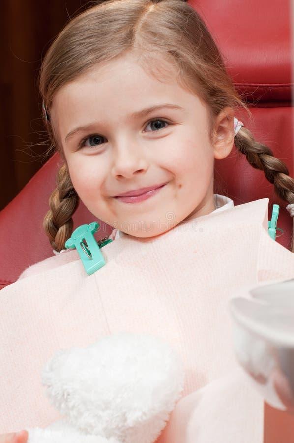 Kleiner Patient am Zahnarzt lizenzfreie stockbilder