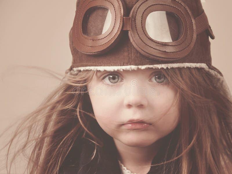 Kleiner Pilot Girl mit Hut stockfoto