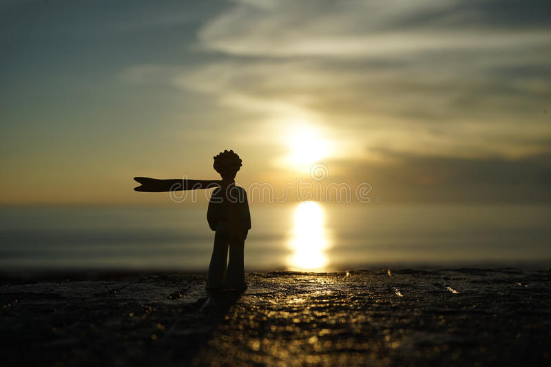 Kleiner Prinz auf Sonnenuntergang lizenzfreie stockfotos